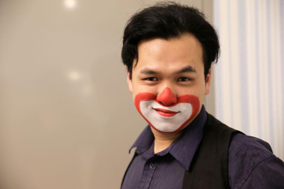 米爾可魔術表演團隊今天來到了漢民科技的尾牙,從我們小丑先生那充滿自信的笑容中看得出來,他已經蓄勢待發啦!