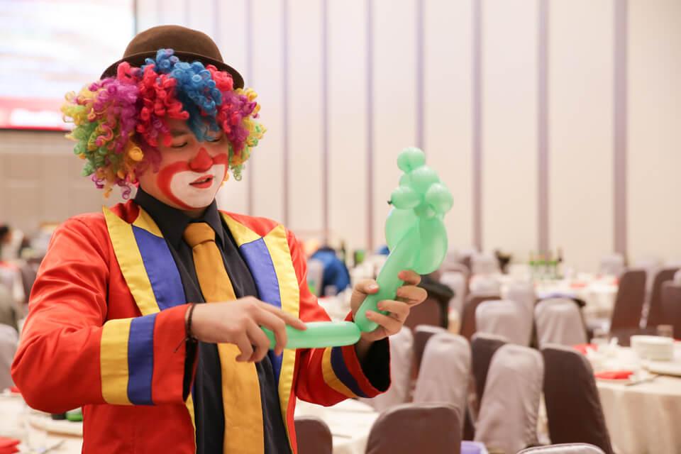 化好妝,就馬上熟練的開始折起了小朋友們最喜歡的氣球