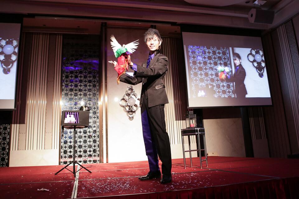 首先~帶給大家的是米爾可的招牌魔術表演,精湛的技術可是讓現場的員工嘖嘖稱奇!!
