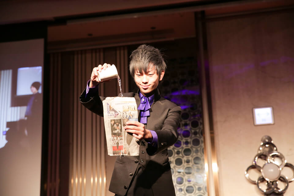 等等!雖然是魔術表演,但是也不用用水把報紙淋濕吧!?