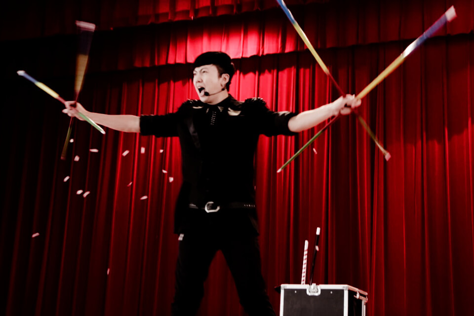 首先安排節奏感十足的魔術表演開場秀