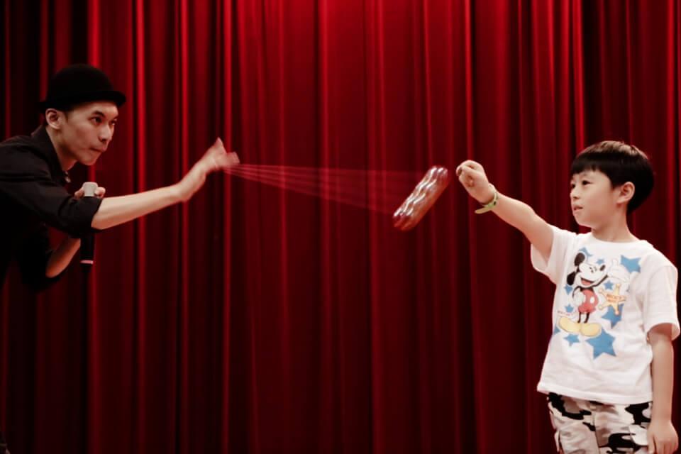 請小朋友上台拿著十元,靠著溜溜球把小朋友手上的十元擊落,這可怕的精準度功夫果然了得!!(膜拜~)