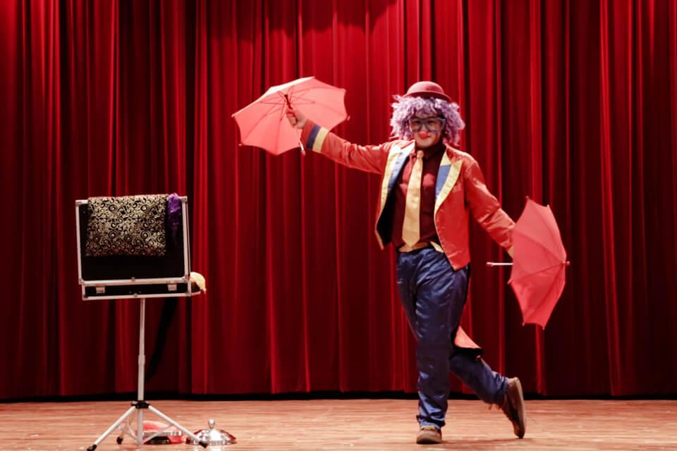 小朋友玩完泡泡之後,就讓逗趣搞笑的默劇小丑哥哥,逗得現場小朋友哈哈大笑