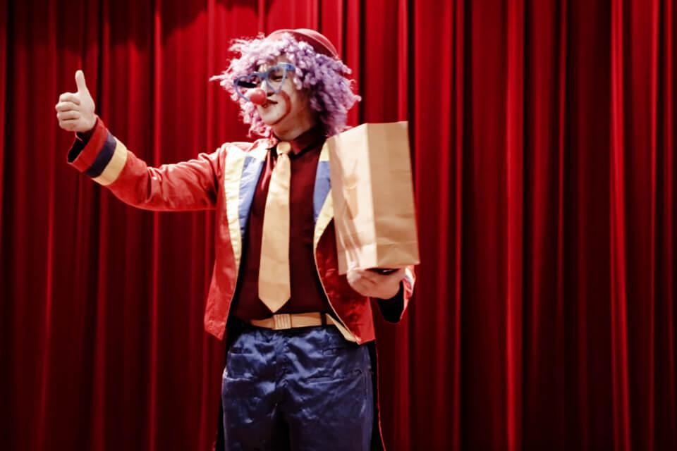 讓小朋友跟著小丑哥哥一起玩魔術吧~!