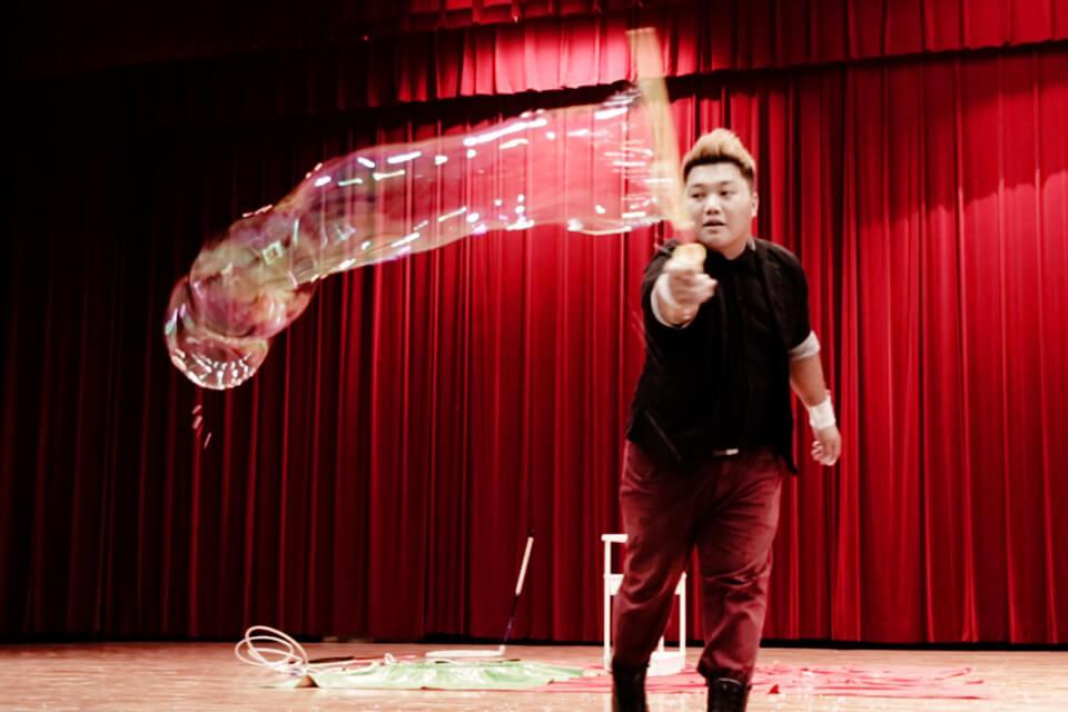 接收完魔術的震撼彈之後,帶來小朋友最喜歡的泡泡表演