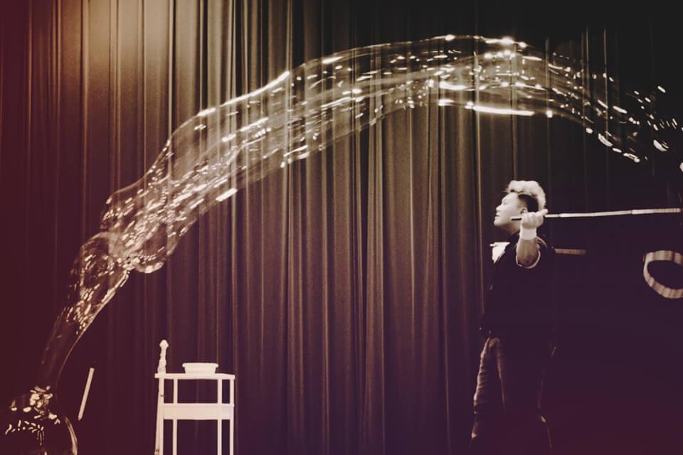 當然,泡泡哥哥不會在台上演獨角戲,不時會找小朋友上台玩大泡泡套人
