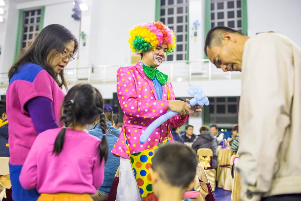 小丑哥哥被包圍啦!!大家都在等待著小丑哥哥折出各種造型的氣球呢