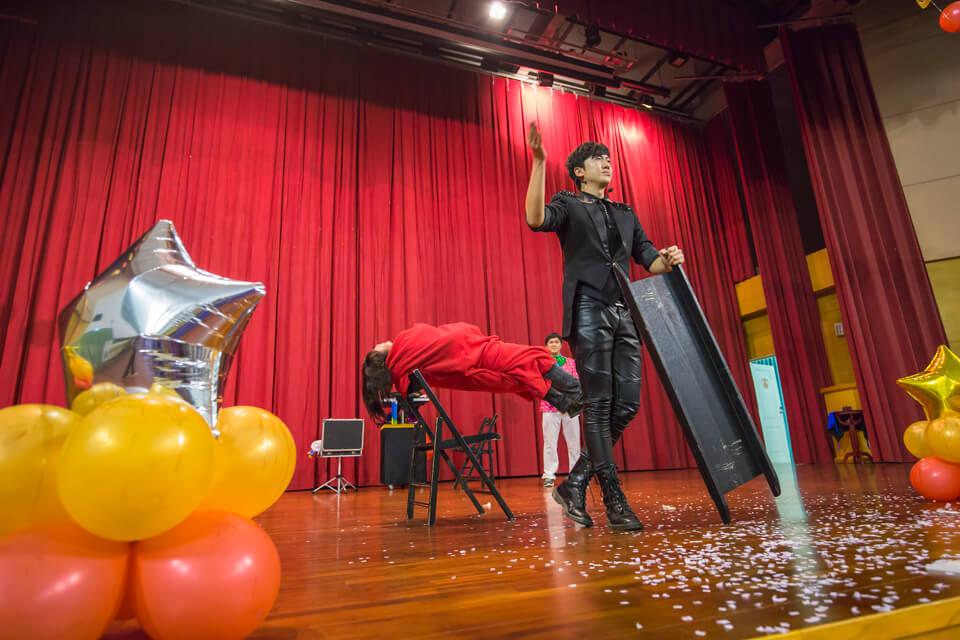 我們魔術師查尼也不甘示弱,立刻來一個漂浮魔術表演!!
