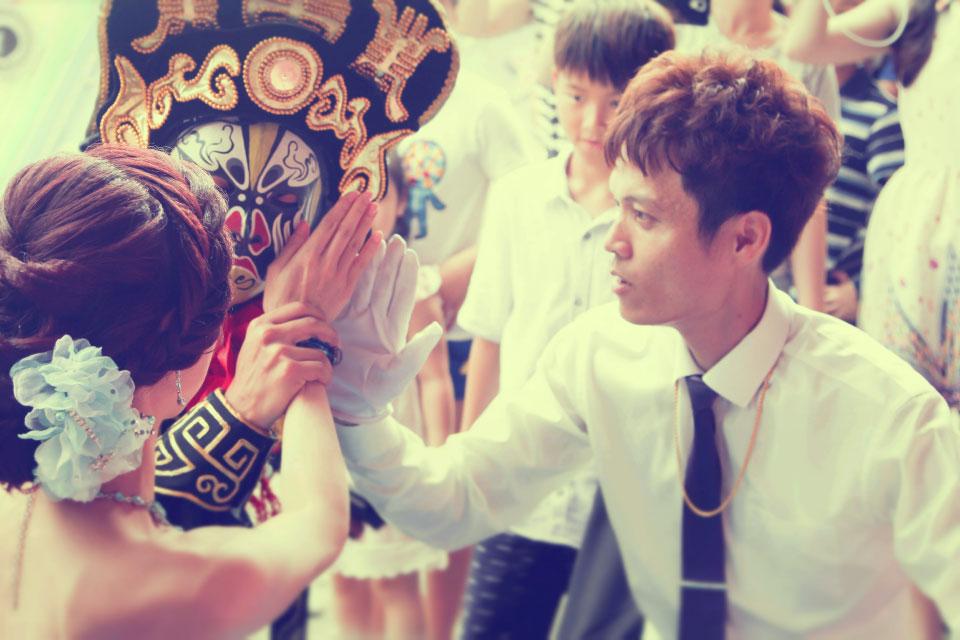 這次米爾可承接的婚禮魔術表演辦在彰化縣大城鄉的西港村,新人家族是在地耳熟能詳的土雞大王