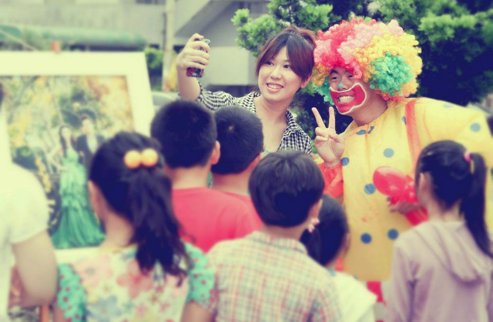 婚禮賓客進場有歡樂小丑發送氣球是我們的傳統