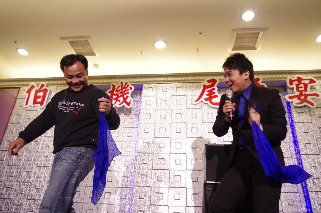互動魔術表演的精髓,就是被邀請上台參與魔術表演的賓客們大家都認識!XD