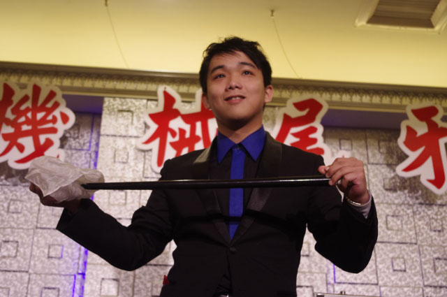 當台上的觀眾與魔術師一起完成逗趣又神奇的節目,台下的賓客都會放下手邊的碗筷,專心地欣賞台上的博命演出~