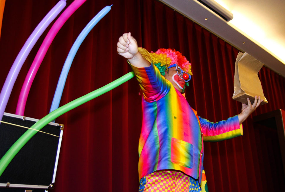 看完了震撼的魔術表演以後,還有精彩的小丑表演氣球秀喔