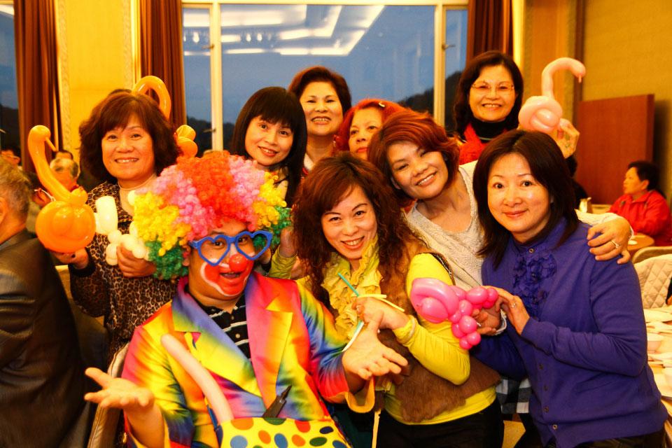 小丑先生先是在台上做十分鐘的默劇表演、魔術表演,然後開始穿梭于會場中,現場手作造型氣球送給賓客!