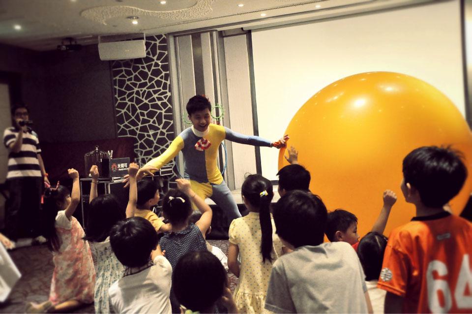 接下來是充滿歡樂逗趣的人入大氣球秀