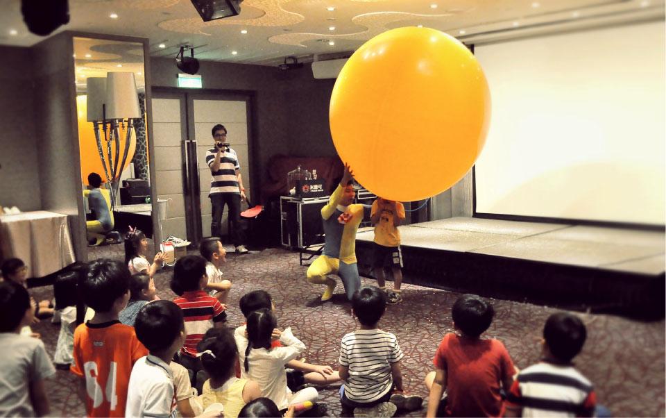 小朋友看到這麼大的氣球超開心的!紛紛想把氣球戳破XD