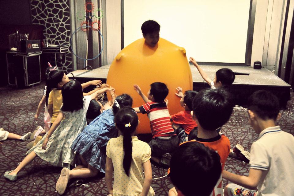 還可以請小朋友上台體驗頭在氣球裡的感覺..當然只能投進去而已,身體的話就要交給專業的氣球老師了!!