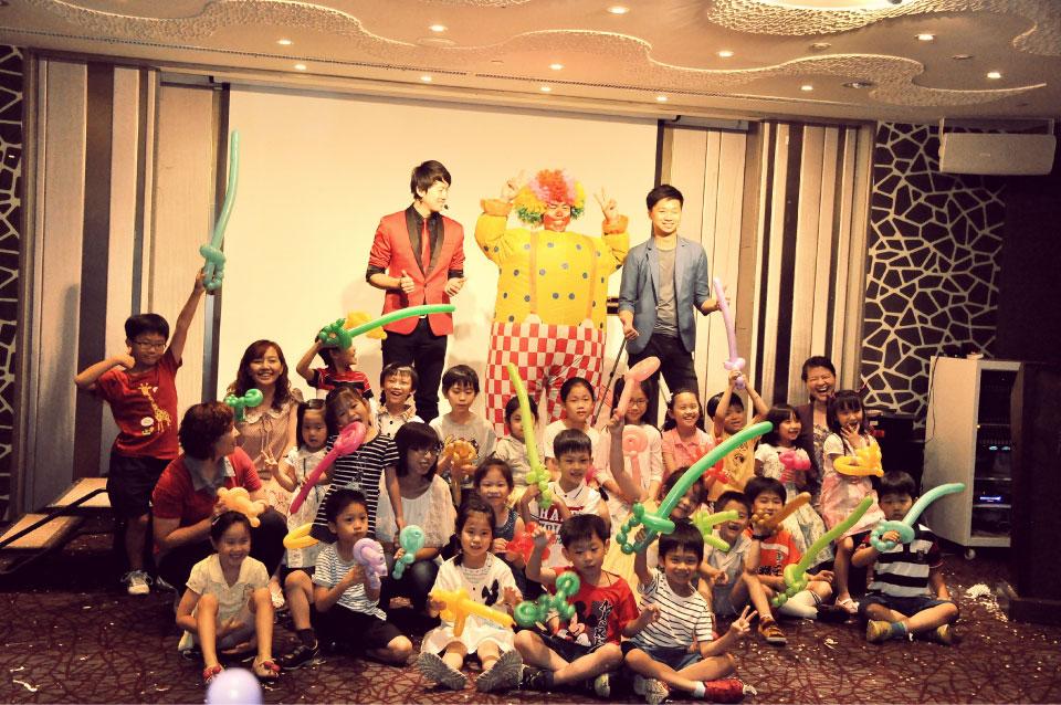 已經體驗玩泡泡互動的小朋友就可以去找小丑先生拿氣球