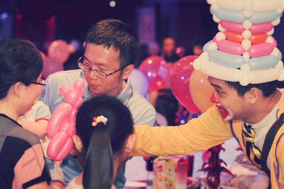 造型氣球表演的好處是,不論賓客想要什麼造型我們米爾可的小丑先生通通有辦法折出來!!