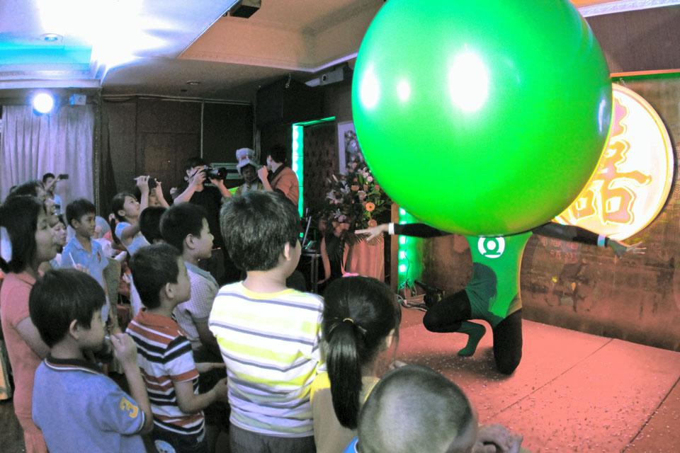 最後新娘三次換裝前,米爾特別幫新人安排了有趣的人入大氣球表演!!