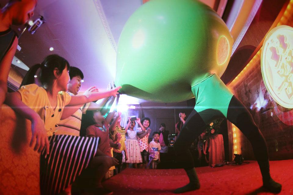 人入大氣球的節目安排在結尾非常好,因為大部份的小朋友都坐不住..吃到一半就起玩心了~