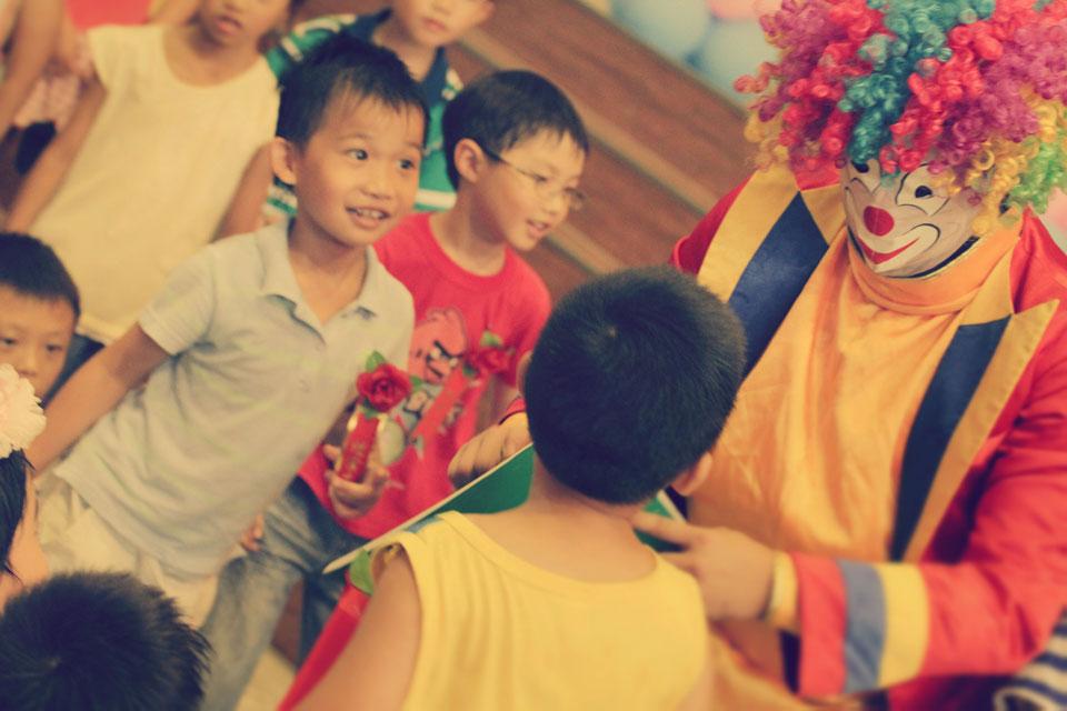 小丑搞笑逗趣的肢體動作,搭配傳統的京劇變臉會蹦出什麼火花呢?