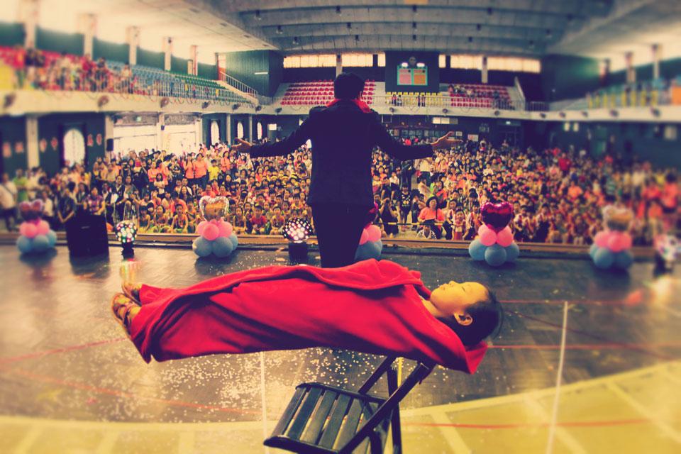 小朋友也很勇敢的上台與魔術師挑戰人體漂浮魔術表演,大家都看得目瞪口呆