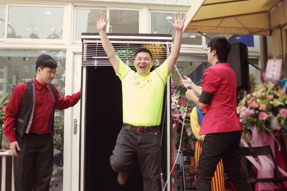 最後再把群岳運動休閒集團的董事長變出來!!!進行剪彩開幕儀式的動作