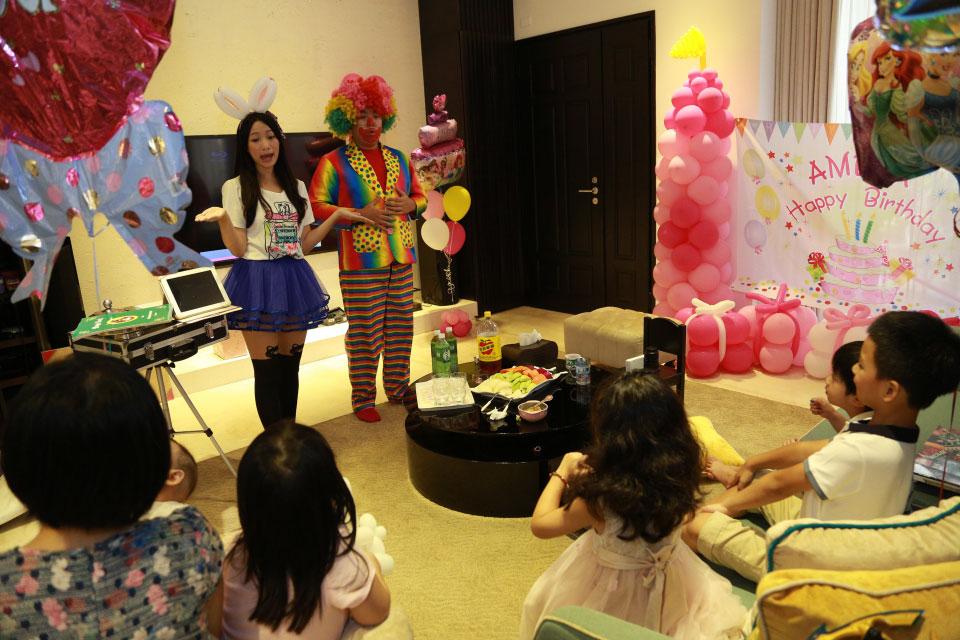 故事內容還搭配了魔術表演,引導小壽星自己變出糖果
