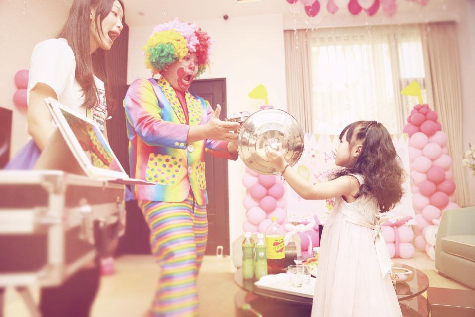 大家都玩得差不多時,就要把工作交給氣球小丑先生囉~
