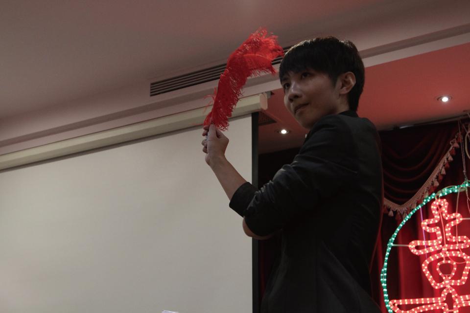 接下來上場的這位是米爾可的新生代魔術師-黃敬右