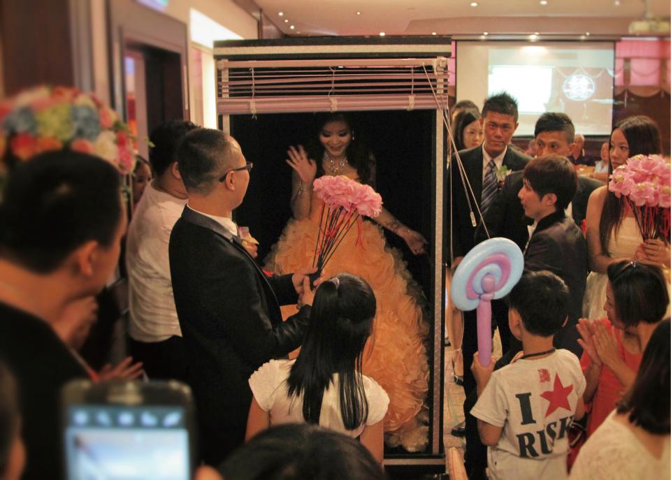 緊接著就是米爾可魔幻婚禮的招牌--魔術表演..變出新娘進場!!!