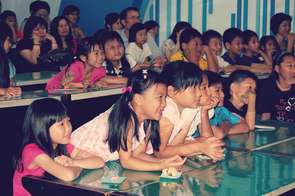看小朋友都專注地盯著舞台看