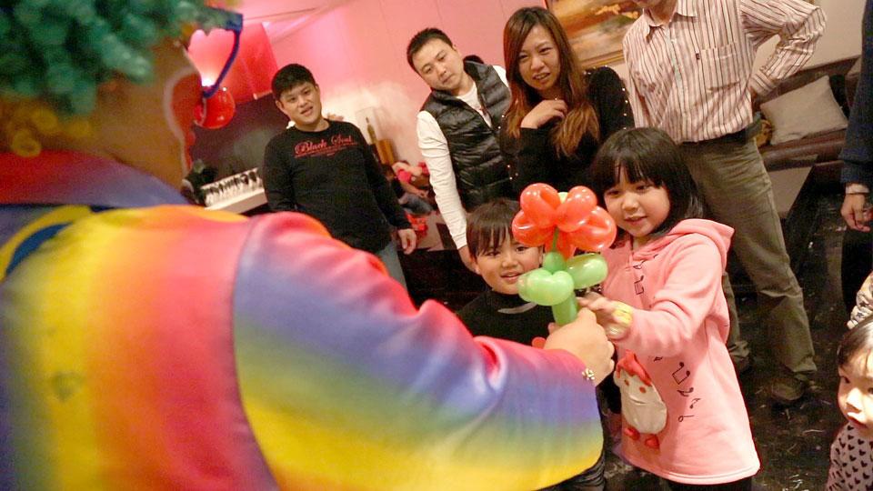 在大家都吃飽喝足後,就由小丑先生的造型氣球先開場囉