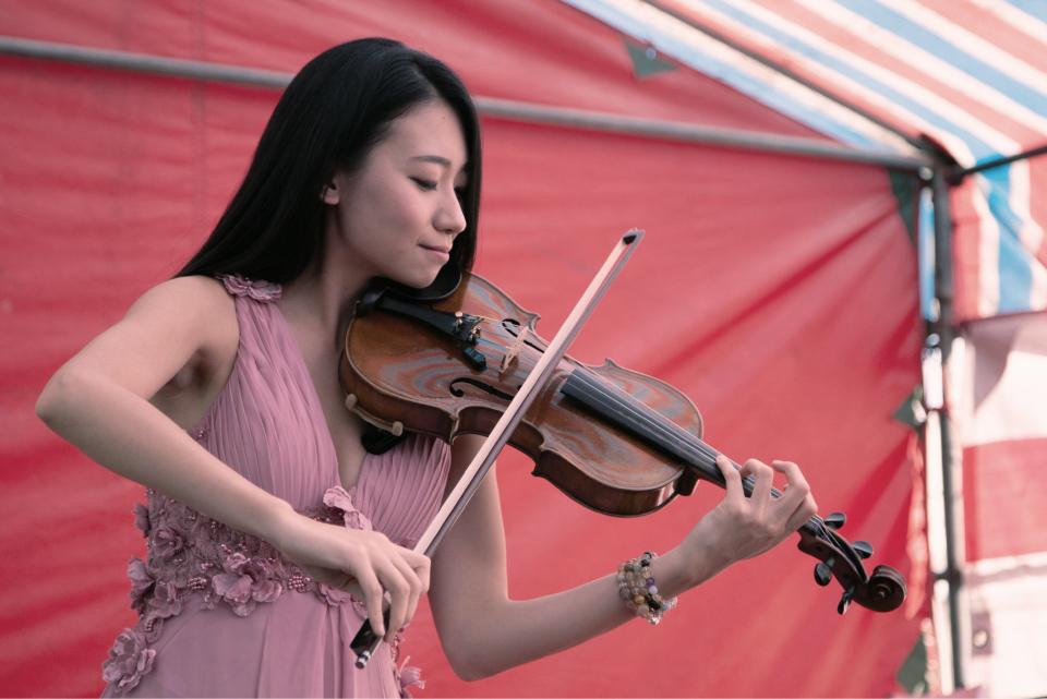 小提琴手老師、薩克斯風老師都可以走下台做桌邊表演,也可以引領新人做進場的動作喔!