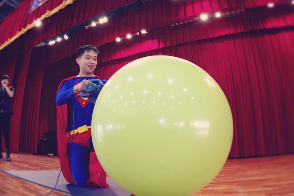 接下來有穿著超人服裝的氣球先生出場