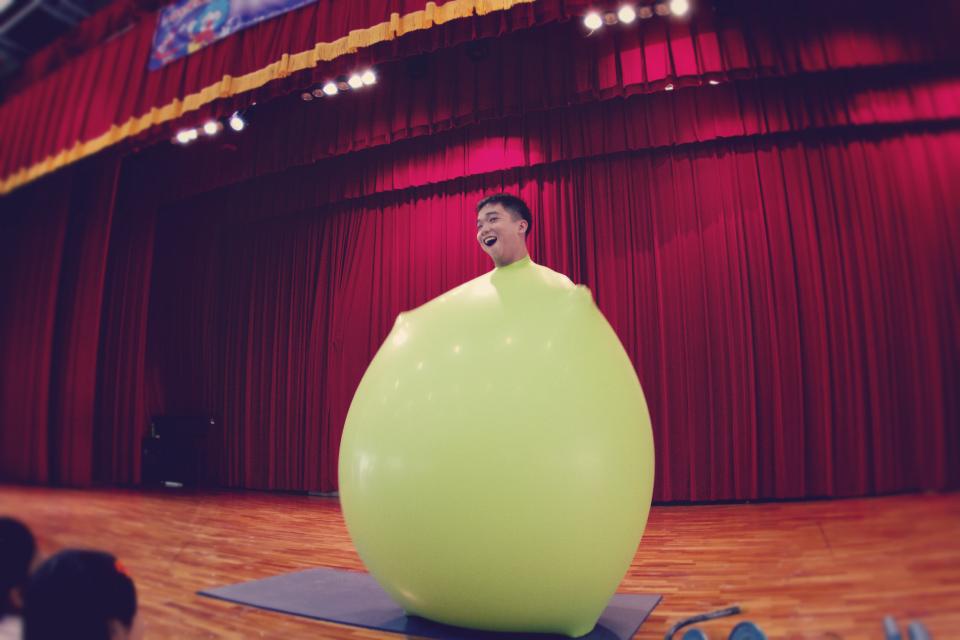 這個節目叫做人入大汽球,非常新穎