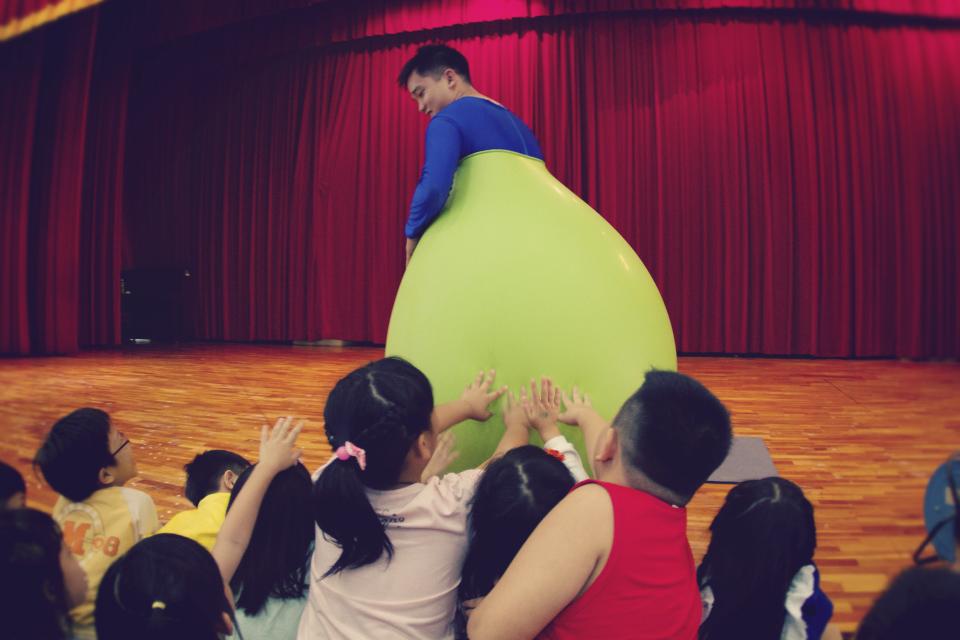 看超人哥哥整個人鑽進氣球裡面蹦蹦跳跳,大家都覺得很有趣呢!