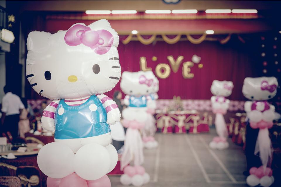 這時候迎賓節目就非常重要了!!場地限制沒有辦法看婚紗MV,那就交給可愛的迎賓氣球小丑先生吧!