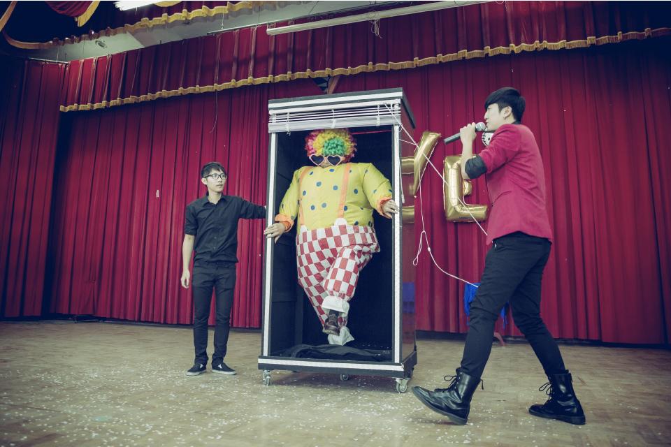魔術表演的最後,用一個空空的魔術箱把小丑先生變出來