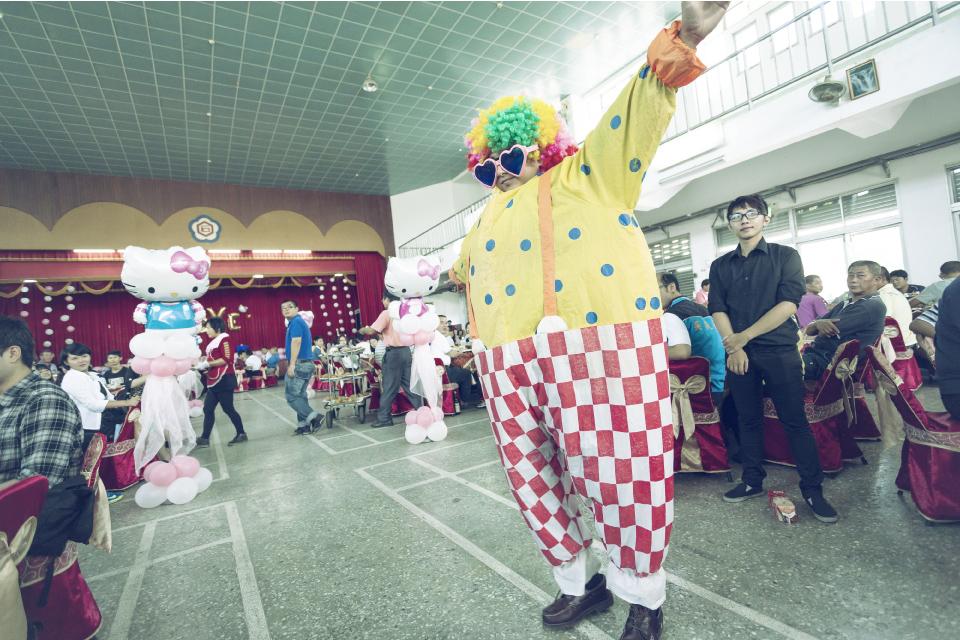 變出來後小丑居然衝到台下,在會場中蹦蹦跳跳