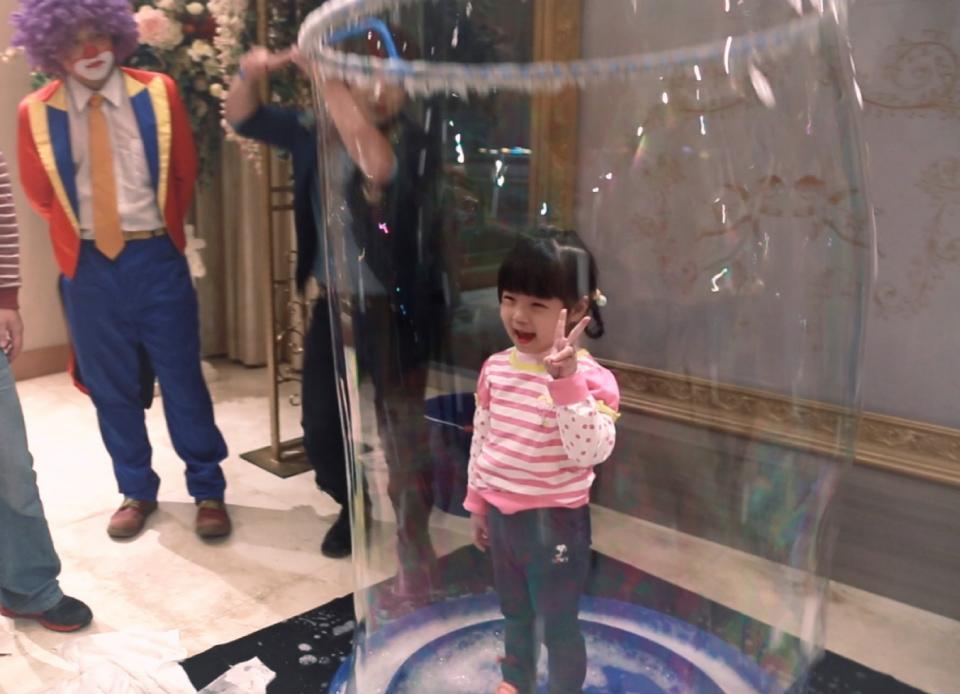 超大泡泡套人互動,家長們紛紛拿出相機幫小朋友留個紀念喔!