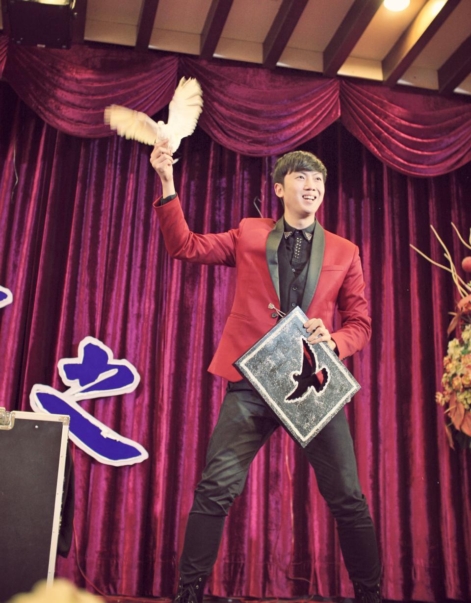 緊接著由魔術師查尼為大家帶來20分鐘的奇幻魔術表演