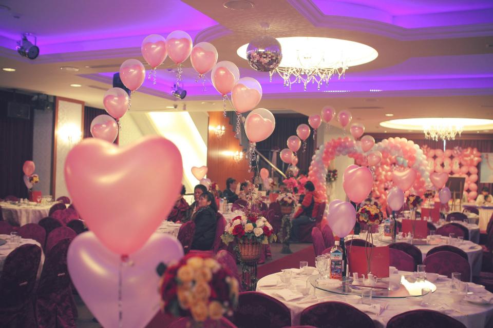 這是從舞台望向門口的氣球佈置照片,讓賓客一進門就可以感受到主人家的用心