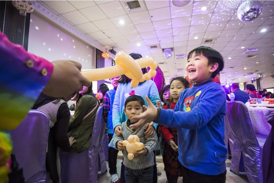 拿到氣球的小朋友表情都非常喜悅,相信小丑先生一定也送得很開心XD