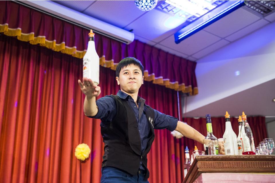 先來觀賞一段氣勢滂伯的花式拋瓶特技表演,再由花式調酒老師調出美味可口的飲品