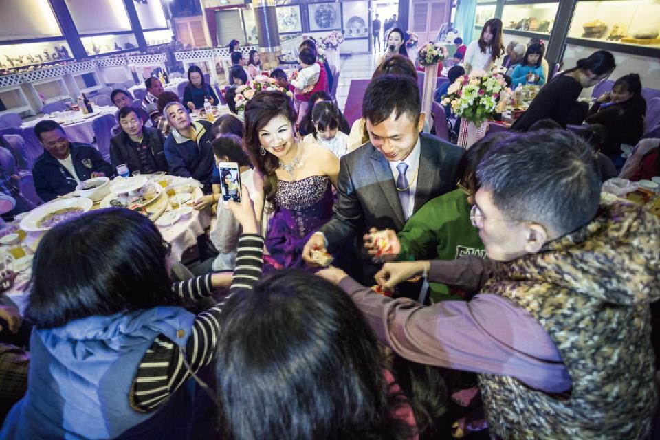 看大家搶著拿婚禮小物就知道,新娘最後還是滿意的走出來了!