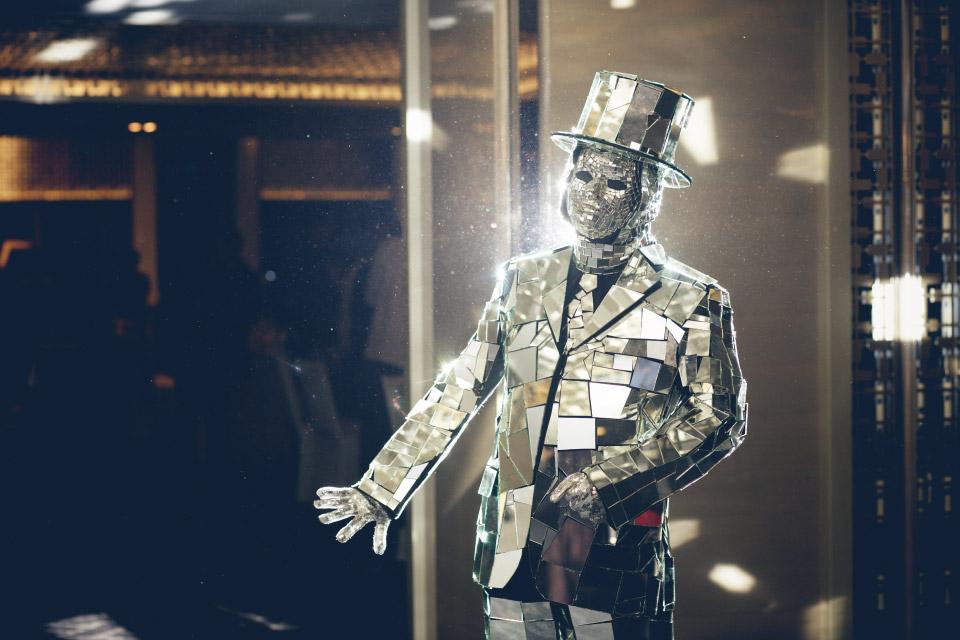 先來介紹這個謎樣生物,他是迎賓節目之一「行動雕像」,顧名思義就是會扮成一尊雕像站在門口跟來賓互動