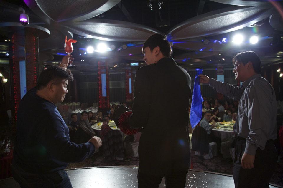 這次米爾可魔術表演娛樂團隊承接的尾牙活動辦在台中女兒紅餐廳