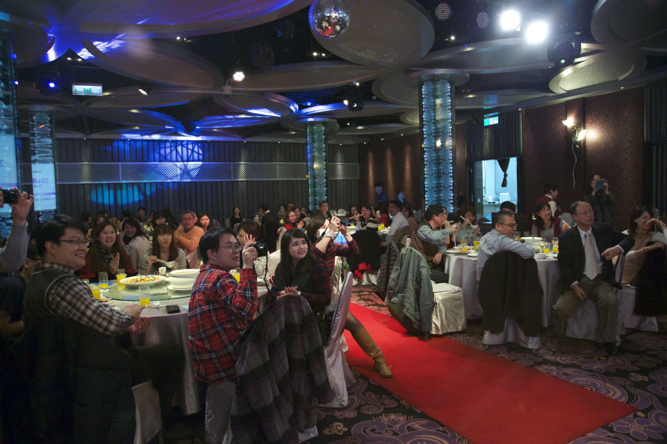 米爾可娛樂很自豪的一點,就是可以讓觀眾在餐會中放下碗筷!專心看台上表演XD